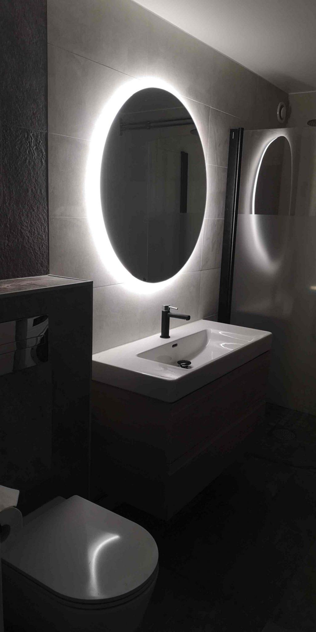 Badrumsrenovering Norrtälje med led spegel